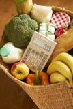Korg av livsmedel med räknemaskinen Royaltyfri Fotografi