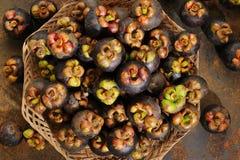 Korg av mangosteens Arkivbilder