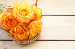 Korg av orange rosor Arkivbilder