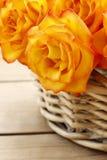 Korg av orange rosor Royaltyfri Foto