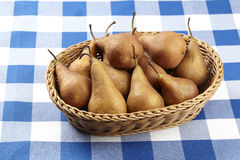 Korg av päron Arkivbild