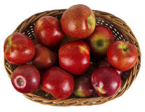Korg av röda äpplen arkivbilder