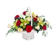 Korg av röda och vita rosor och orkidér Royaltyfri Bild