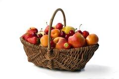 Korg av sommarfrukter Royaltyfri Fotografi