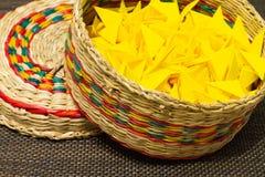 Korg av vävt sugrör med gult papper royaltyfri foto