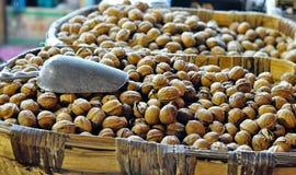 Korg av valnötter på en gatamarknad Royaltyfri Fotografi