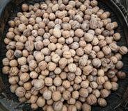 Korg av valnötter på marknadsfyrkanten Royaltyfria Bilder