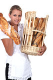 Korg för bageriarbetarinnehav Arkivbild