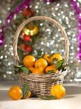 Korg för nytt år med mandariner! arkivbild