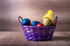 Korg för påskägg, ägg med den roliga hatten Arkivbild