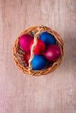 Korg för påskägg, sikt över, wood bakgrund Royaltyfri Fotografi
