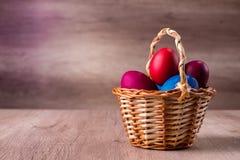 Korg för påskägg som är färgrik Arkivbilder