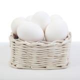 Korg med ägg Arkivbild