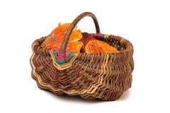 Korg med Amanitamuscariachampinjoner Orange giftsvampar Isolerat gift royaltyfria foton