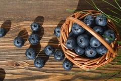 Korg med blåbäret på en trätabell royaltyfri foto