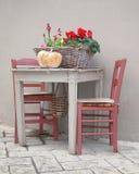 Korg med blommor som tjänas som på den traditionella tabellen Arkivfoton