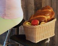 korg med cykeln med äpplen och en rulle Royaltyfri Foto