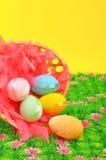 Korg med easter ägg på det gröna gräset Royaltyfri Foto
