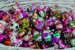 Korg med färgrika julleksaker arkivbild