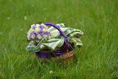 Korg med filten och blommor arkivfoton