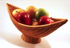 Korg med frukt Royaltyfri Bild