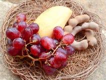 Korg med frukter Arkivfoton
