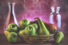 Korg med frukter Arkivbild