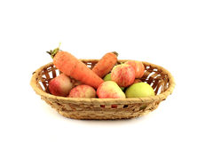 Korg med grönsaker och frukter Isolerat objekt på vitbaksida Royaltyfria Foton