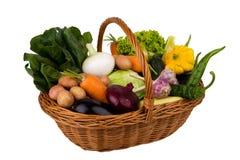 Korg med grönsaker på en vit bakgrund Arkivbild