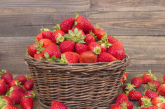 Korg med jordgubbar royaltyfri fotografi