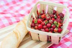 Korg med jordgubbar Arkivfoton