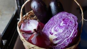 Korg med kål, löken och aubergine Arkivfoto
