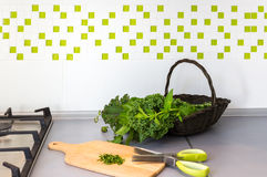 Korg med nya örter på en kököverkant Arkivbilder