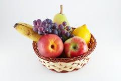 Korg med nya frukter Royaltyfri Fotografi