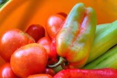 Korg med nya grönsaker Arkivbild