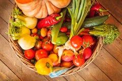 Korg med nya organiska grönsaker Arkivbild