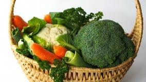 Korg med olika sunda grönsaker royaltyfri fotografi