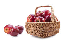 Korg med röda äpplen på en vit bakgrund Royaltyfri Foto