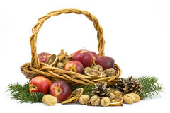 Korg mycket av äpplen, muttrar, kanel royaltyfria bilder