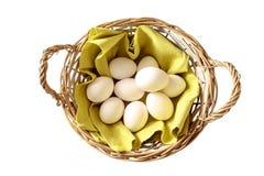 Korg mycket av fega ägg som är nya från stallen för en lyckliga Eas Fotografering för Bildbyråer