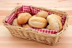 Korg mycket av rullar för nytt bröd Royaltyfri Bild