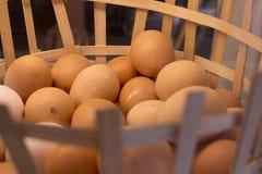 Korg mycket av vita och bruna ägg Arkivbild