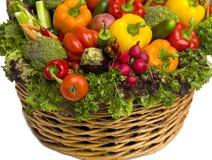 Korg som flödar över med grönsaker Arkivfoto