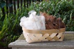 Korg som fylls med alpacaullbeklädnadfiber Royaltyfria Foton
