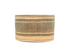 Korg som göras från bambu på en vit bakgrund med den snabba banan Arkivfoton