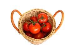 korg vita isolerade röda mogna tomater Arkivfoto
