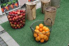 Korgar av äpplen och apelsiner i en gata i Vejle, Danmark royaltyfria bilder