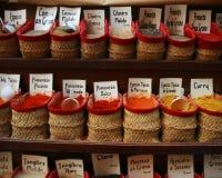 Korgar av örter och kryddor på spanjormarknaden Arkivfoto