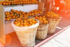Korgar av apelsiner i marknaden royaltyfria bilder