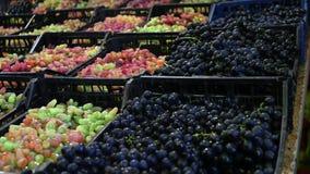 Korgar av druvor på shopparäknaren glidareskott stock video